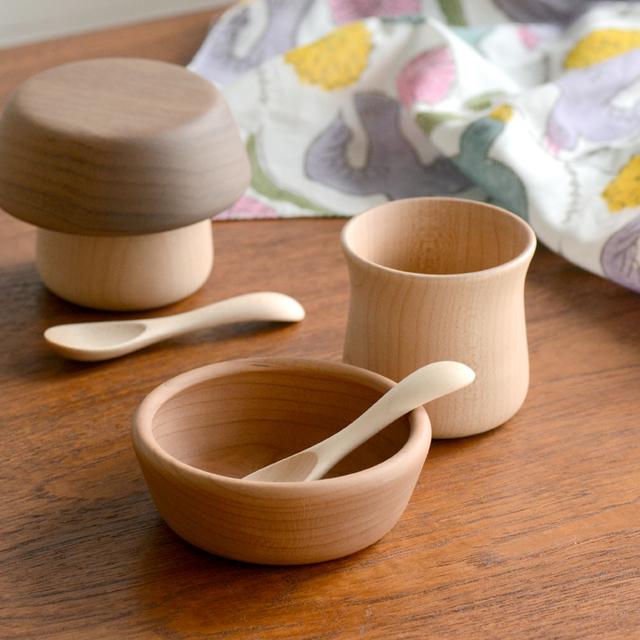 離乳食を始めたお子さまにちょうどいい、お皿、コップ、ベビースプーンが3点セットになっています。 コップにはくびれがあり、小さなこどもでも持ちやすいデザインを採用。