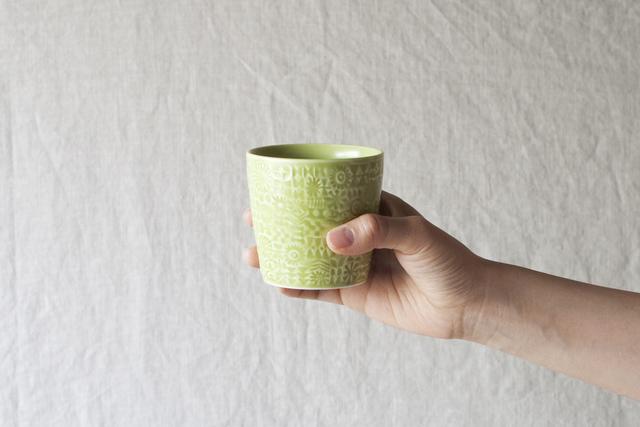 波佐見焼で作られた磁器のカップは、陶器よりも高温で焼かれ、強度が高いのが特徴です。