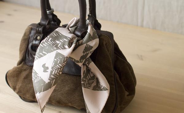 バッグのアクセントとして、シンプルなバッグの持ち手にくるり。光沢感があるので、上質さもプラスしてくれますよ。
