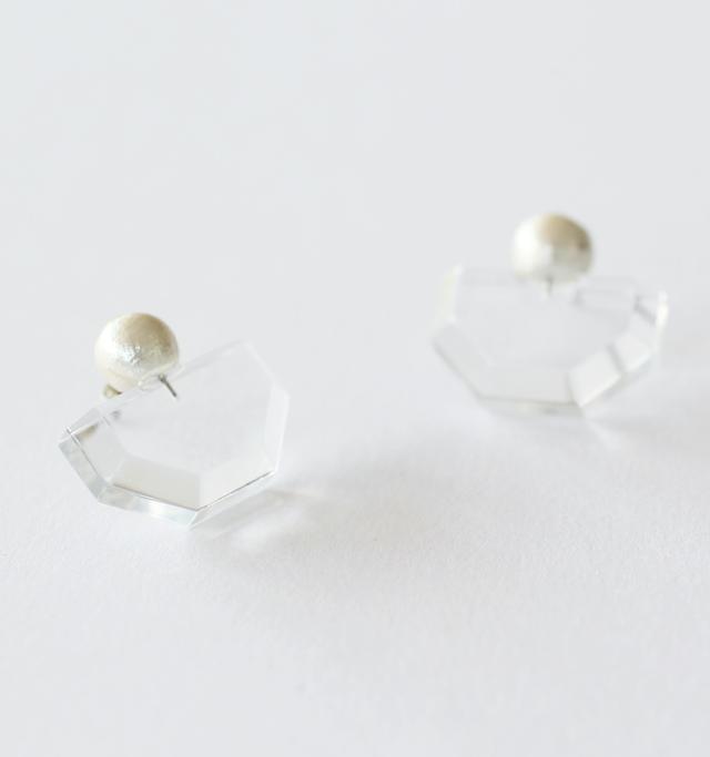 プラスチックに比べて透明度が非常に高く、クリアな美しさ。アセテート同様、綿花から作られるコットンパールとの組み合わせが、女性らしさを与え、全体のバランスを引き締めています。 ■画像カラー:クリア(CL)