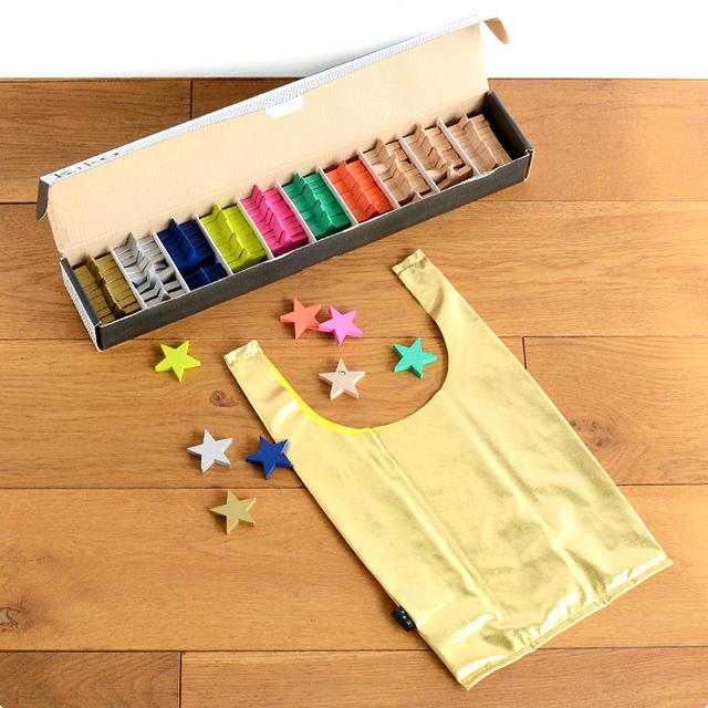 カラフルな7色の星が10個ずつ、0~9までの数字が入ったナチュラルな星が30個の合計100個の星と、お出かけにも使えるゴールドの収納バッグがセットになっています。  遊んだあとは、収納バッグにお片付け。 子どもたちに自分で片付けができるようになってほしいという、 ブランドの想いが込められています。