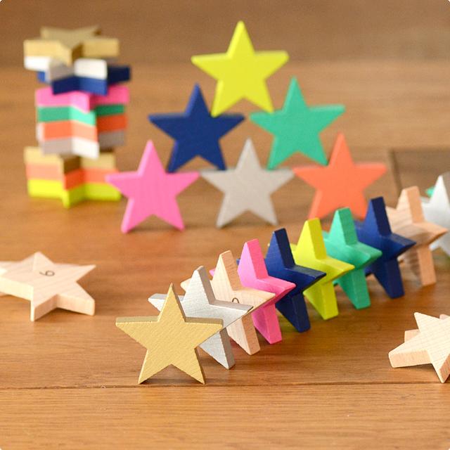 「もりとこども・こどもとあそび・あそびとart」をテーマに、世界中の子どもたちに向けた木のおもちゃを展開しているブランド「kiko+(キコ)」から、お星様のかたちのピースがたくさん入った木製のおもちゃ、「tanabata(タナバタ)」が届きました。