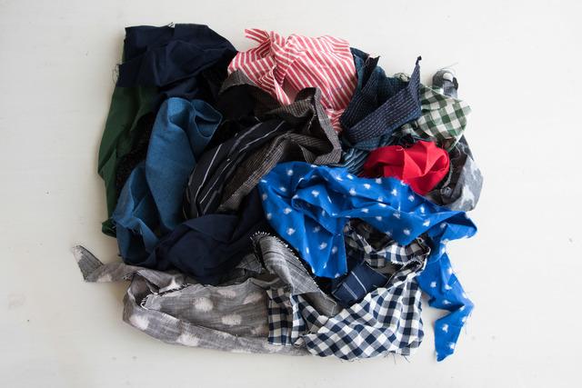 大の袋を開けました。こんなにたくさん入っています。いろいろな柄を繋ぎ合わせて、あなただけのオリジナルのアイテムを作ってみてはいかがでしょうか。