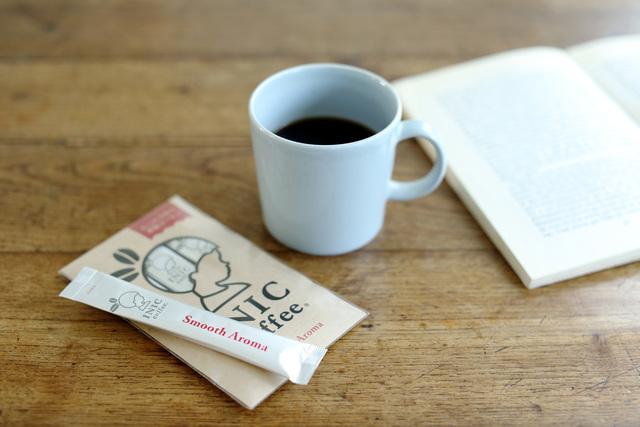 INIC coffeeの定番商品「スムースアロマ」。芳醇な香り、絶妙な酸味とコクのバランス。厳選されたアラビカ種の豆を100%使用した本格ドリップパウダー。深みがあるのにさらりと飲める口当たりで、コーヒーを敬遠しがちな人にもおすすめです。