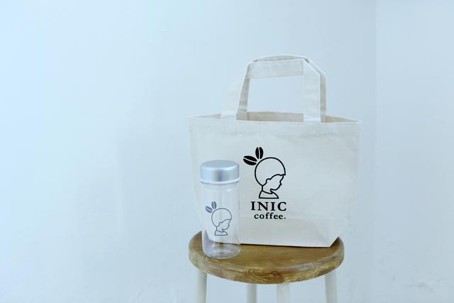 「INIC coffee」の、オリジナルトートバッグとボトルがセットになったスペシャルギフトです。お友達へのギフトに、可愛くて実用的なINIC coffeeオリジナルグッズはいかがでしょうか。