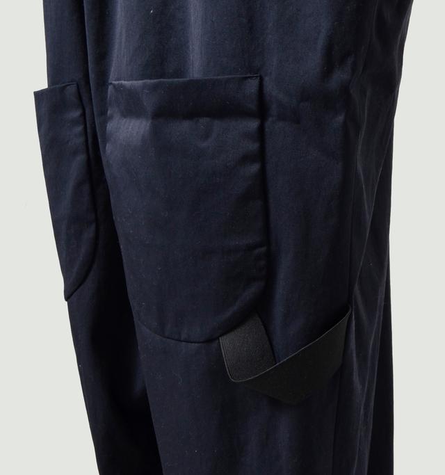バックスタイルを印象付けるビッグポケット。右側にはサイドゴアのクールなアクセント。