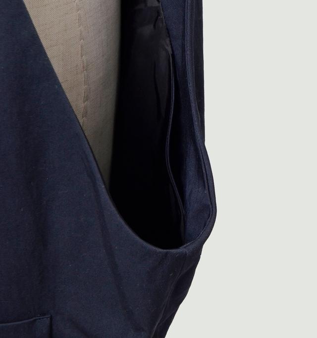 両サイド内側にはさりげなく内ポケットが配されて実用性も十分です。