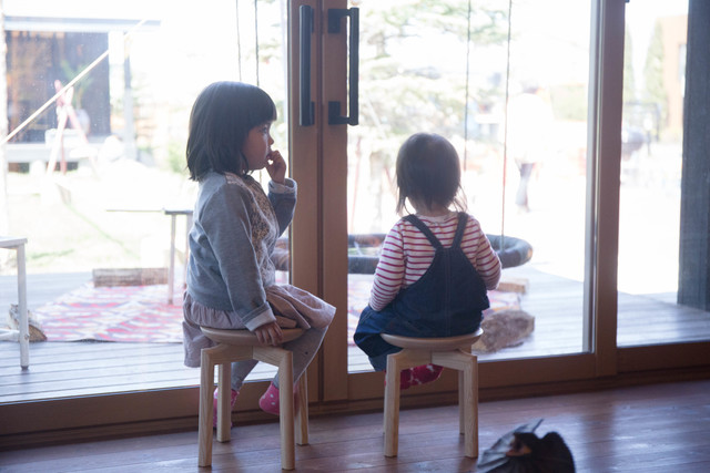 """背の低いスツールは、お子さん用にもってこい。大人にとっては""""ちょい掛け""""ですが、お子さんにとっては立派な椅子。"""
