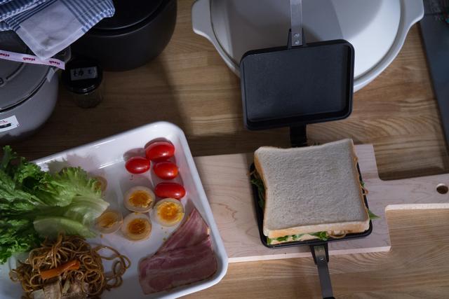 バウルーのシングルタイプは、 食パンを2枚重ねたままの形で焼き上げるため、 3等分、斜め切りなど自由な形にカットできます。   3等分にすれば小食の方にちょうどよく、 4等分すればパーティーサンドにもおすすめです。