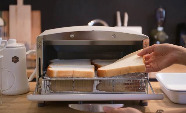 食パン4枚、一気に焼けます。