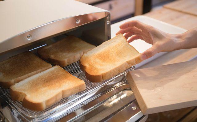 食パンなら、表面を短時間で焼き上げることで内部の水分を閉じ込め、 外はサクッと、中はモチっとした焼き上がりに。