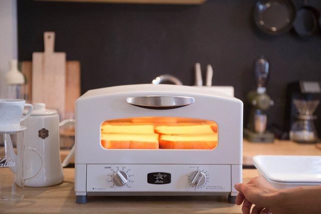 ほんの一瞬で一気に加熱。短時間で調理できます。 専用容器内が330℃まで高温になるためオーブン料理も作れますよ。