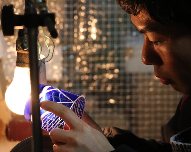 「私たちが生まれた日本で長く受け継がれてきた伝統工芸の技術や職人の後継者不足などの危機に瀕する日本のモノづくり技術を継承するために何かできることは…」 KARAFURU主宰の黒田幸さんのそんな想いから、2011年にブランドがスタートしました。