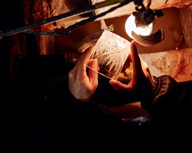 大きなクリスタルガラスの生地から手のひらサイズまで削りだし、薄く小さなガラスに繊細なデザインを彫る作業は非常に高い集中力が必要。それが小さな作品であればあるほど、より高い技術力も求められます。