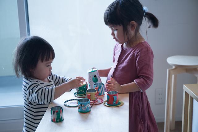 おもちゃのお皿やコップを並べて、おままごと。コンパクトサイズもお子さんにとっては広々!天板を外して床に置けば、座卓のように座って遊ぶことも出来ます。