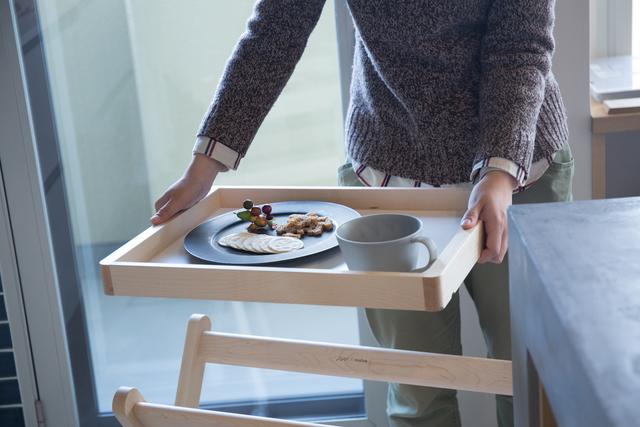 トレーを取り外せば、お盆としてそのまま食卓に持ち運べます。