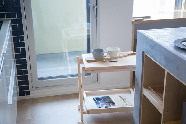 よく使う食器の定位置に。キャスターが付いているので、ころころと簡単に移動可能です。
