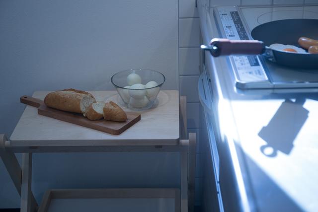 料理中、キッチン台がモノでいっぱいに。そんな時はユニバーサルワゴンの出番です。食材をワゴンに乗せれば、ワークスペースを広々使うことが出来、料理もスムーズにはかどります。