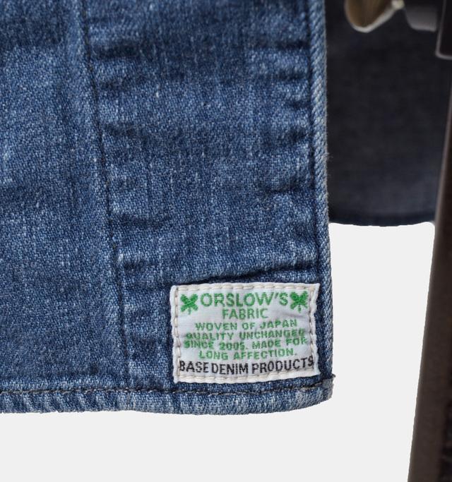 前合わせの裾にさりげなくロゴが配されており、開けて着た時にワンポイントになります。