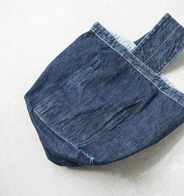 裏側に、内ポケットの形をしたステッチ跡が見られ、カジュアルな風合いを増しています。