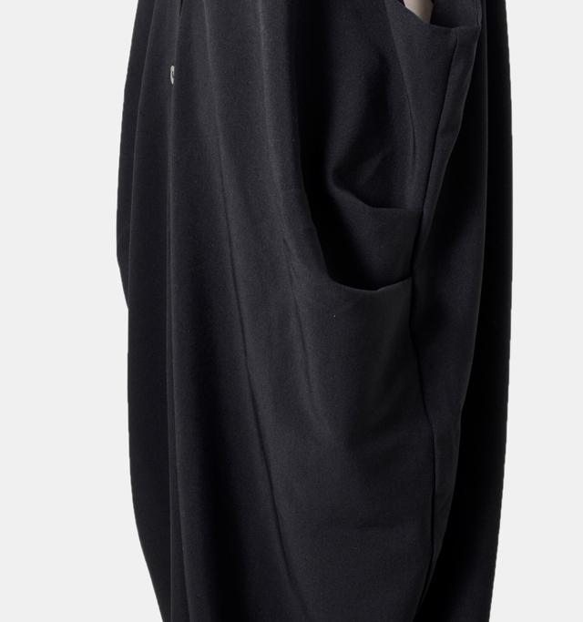 豊かなドレープを生むサイドタック。縫製部を少なくしたミニマルなデザインがスタイリッシュ。