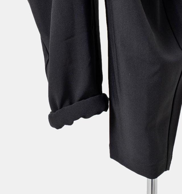 ロング丈のレングスはロールアップして足元のオシャレを楽しんだり抜け感を出すのもオススメです。