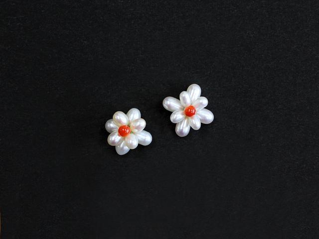 ふっくらとした淡水パールと珊瑚を組み合わせた、愛らしいお花のピアス。天然素材ならではの表情のある素材感と色の対比が美しい1点です。装いをより可憐に魅せるので、普段使いからパーティーシーンまで幅広く活躍してくれます。