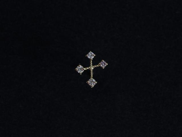 細いラインのクロスの先端にダイヤが繊細に施されたピアス。美しい輝きが耳元にさりげない華やかさをプラスしてくれます。小さなモチーフでつくりも華奢なので、どんなスタイルにも優しげな女性らしさをプラスしつつ馴染んでくれます。プレゼントや贈り物にもおすすめです。