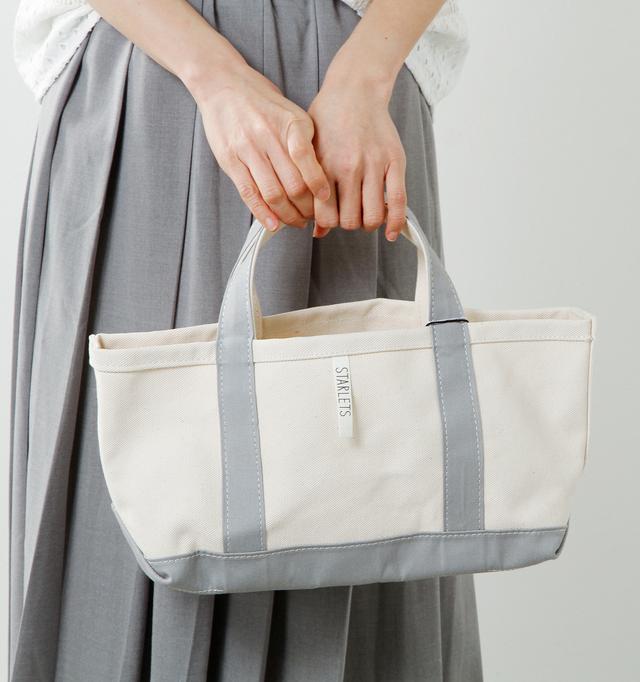 一般的なトートバッグに比べ、高さが低く、横の長さがワイドにデザインされています。横のマチもきっちりと持たせているので、物の出し入れがしやすくなっています。