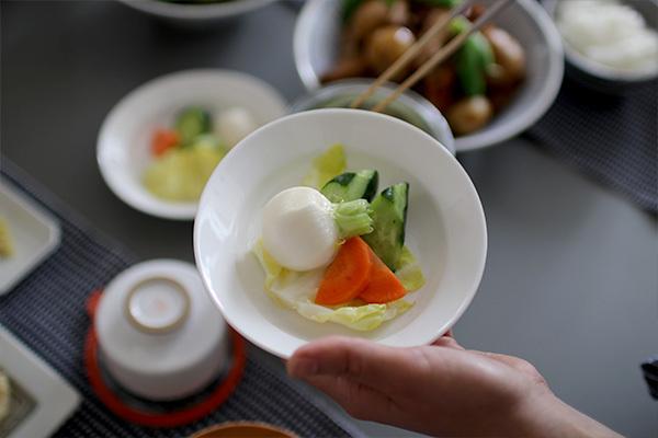 さっと作れて、パリパリ美味しいご飯のお供、野菜の浅漬け。 旬の野菜を1番美味しく楽しむ食べ方かもしれませんね! これからは、見た目にも可愛いWECKで作って楽しみませんか?