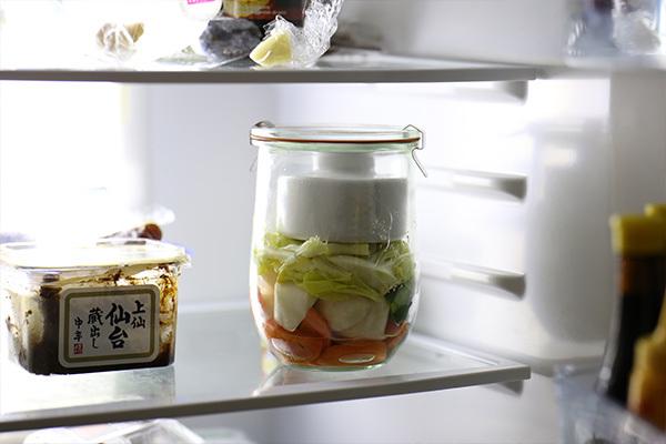 WECKで作る浅漬けの良いところは、密閉保存ができるところ。 ちょっと作りすぎちゃっても、 Lサイズのゴムパッキンとクリップがあれば、 そのまま密閉保存が出来ますよ。 これなら冷蔵庫に臭いが広がる心配もなく安心して保存できますね。 ※ゴムパッキンとクリップは別売りです。