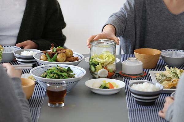 ちなみに『Tulip Shape(品番:WE-745)』は容量1000ml。 浅漬けをするなら、大体1回で3人前ほど漬けることが可能です。 一度に食べきれる丁度いい量が漬けられて、 新鮮な野菜を楽しめますよ!
