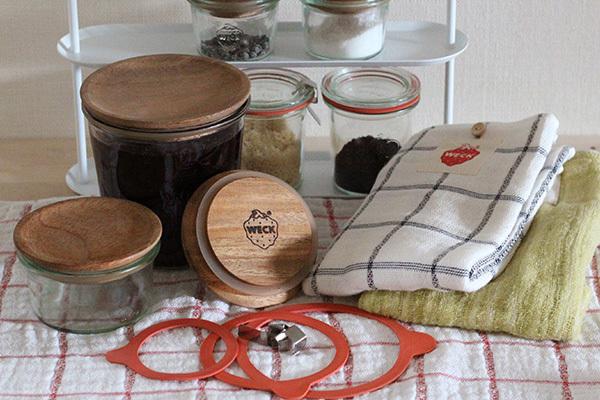 WECKにはWECKをもっと活用するための便利なアイテムがあります。 密閉するためのゴムパッキンとクリップはもちろん、 シリコンパッキン付の木製のフタ、煮沸消毒をする際に便利なリフターや、 肌にやさしいやわらかタオルもあります。