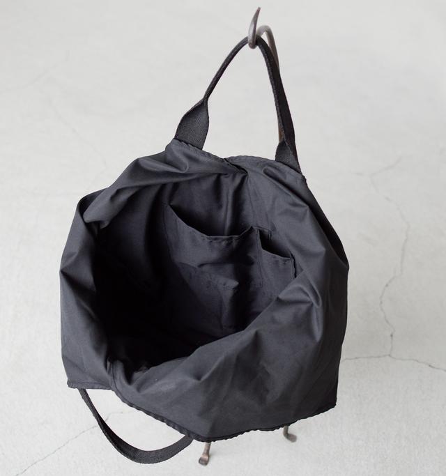 中はポケットが2つ付いており、大きく開いて荷物の出し入れがスムーズに行えます。