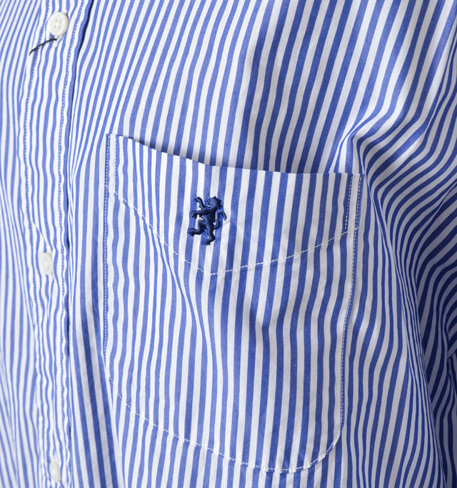 お馴染みのロゴマーク刺繍は左胸のポケットに。