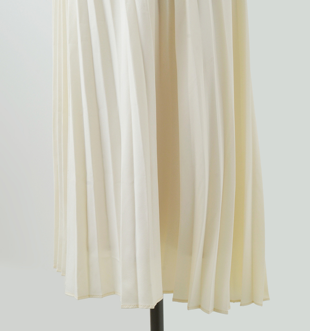 裾に向かってわずかにフレアしたシルエット。縦のラインが強調され、スタイルを良く見せてくれます。