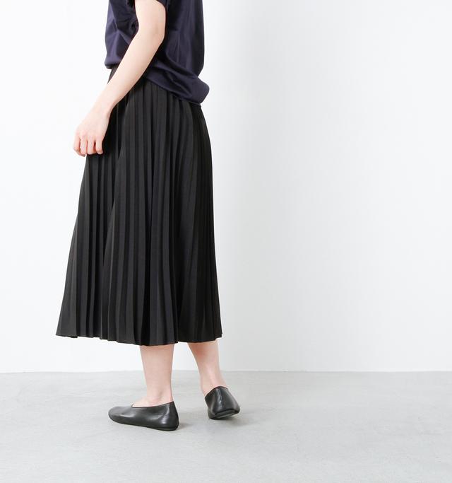 後ろ側にもぐるりとプリーツが施されています。Tシャツに合わせてカジュアルにも、シャツなどと合わせてきれいめにも着こなせる優秀スカート。