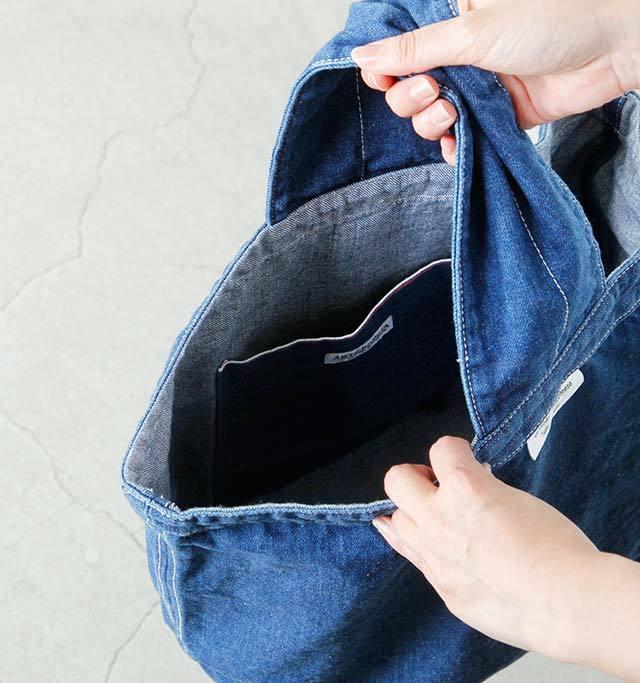 大きな内ポケットがあります。文庫本がスッポリと入る深さです。柔らかい生地ですから、荷物の出し入れがラクラク。