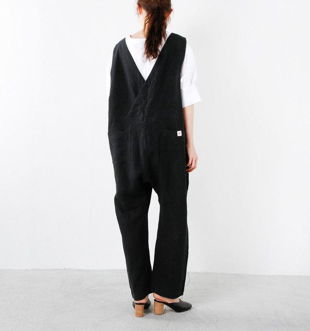 モダンなシルエットラインのオールインワンを、オーバーサイズでの寸法にしたことで洋服の存在感が強まり服とデザインに面白味がうまれました。そんな大きな存在感に包まれながら味わう大人のカジュアルリラックススタイル。