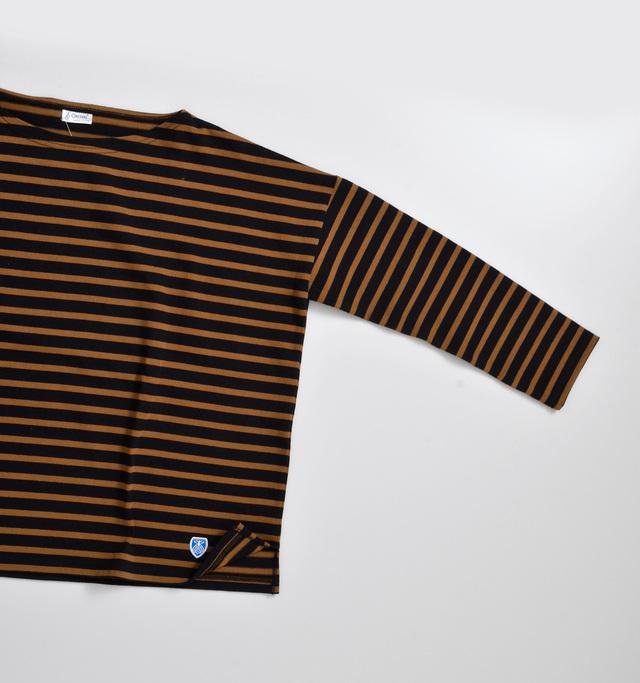 元々は七分袖だったカットソーを、より使いやすいように長袖へとチェンジ。1年を通して出番の多い長袖にすることで、より使い勝手の良いデザインに仕上げています。冷たい風が気になるときでも手元まで袖があると安心感がありますよね。