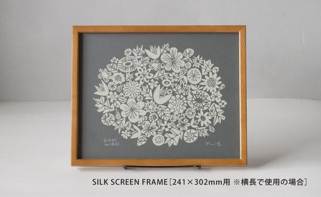 大小さまざまな花を集めたブーケのようなイラストが可愛らしい『FLOWERS』。ダークグレーに合わせて、スタンドはブラックをセレクト。さりげなくシックな雰囲気がプラスされます。