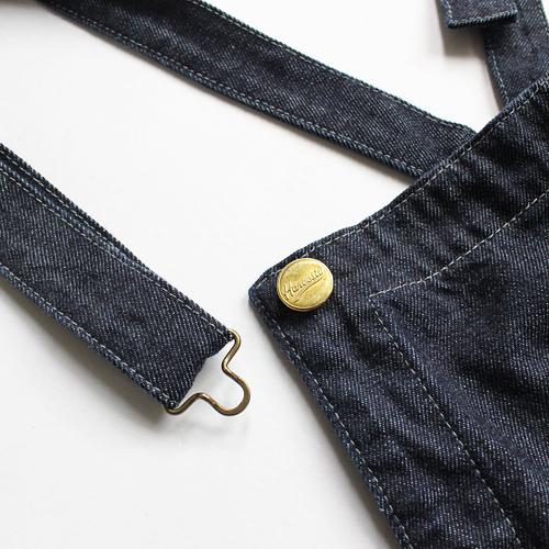 金属製のバックルで取り外しがラクチンに。ボタンにはハーベスティのロゴがキラリとポイントになっています。