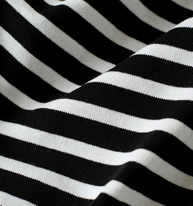 オーチバルのマリンTシャツはラッセル編みという生地で作られたもの。フランスでも現存するのは数台という珍しい編み機で編まれたこの生地は一般的なカットソー生地に比べると糸を非常にたくさん使った、複雑な構造で目が詰まり丈夫に仕上がっています。コシがありながらしなやかな生地はデイリーユースに最適。洗濯にも強く、着続けるほどくたりと経年変化し身体に馴染み、柔らかく変化していきます。長くそばにいてくれる頼もしいファブリックです。