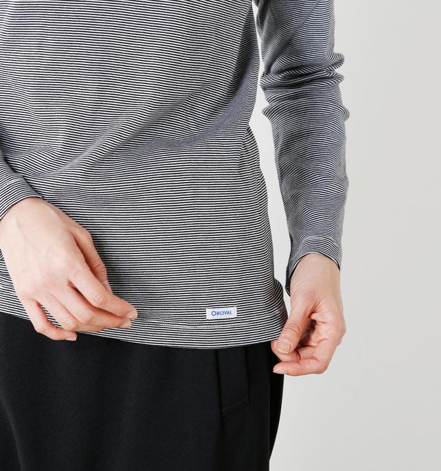 お袖の長さは手首をちょうど覆う位置、ウエストは軽く隠れるくらいの丈感で軽快に着こなせる一枚。裾にはさりげなくブランドロゴ。控えめで品のあるアクセントのあしらいですね。