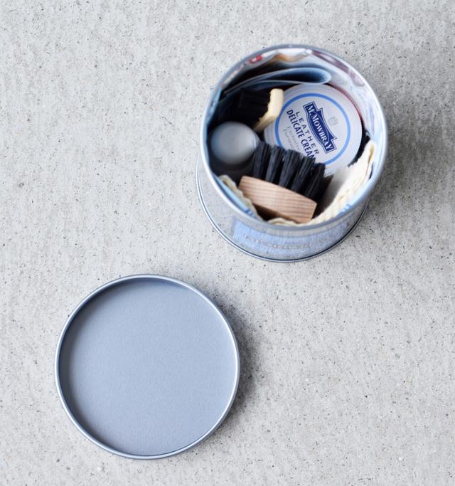 小ぶりな缶の中にきゅっとまとめられたシューケアの基本アイテム。