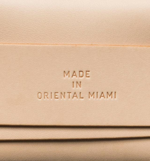 """ベルトの中央には""""東洋のマイアミ""""を意味する、ブランドマークが刻印されています。"""