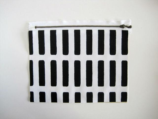 (3)表に返して中裏にします。 (写真のように表地と裏地が重なった状態にします)