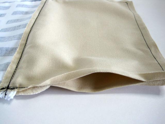 (9)返し口を折って、折り目をつけ、表側にひっくり返します。 ★ポイント 全体の縫い代もアイロンで割っておくと綺麗に仕上がります。