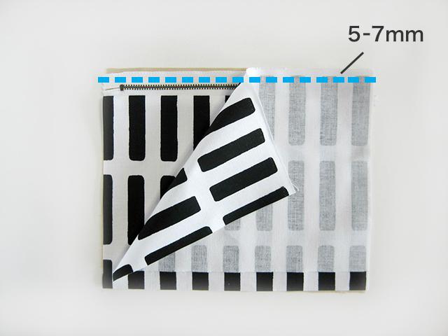 (5)さらに表地を重ね、上から5~7mmのところを、端から端までステッチをかけて、縫い合わせます。