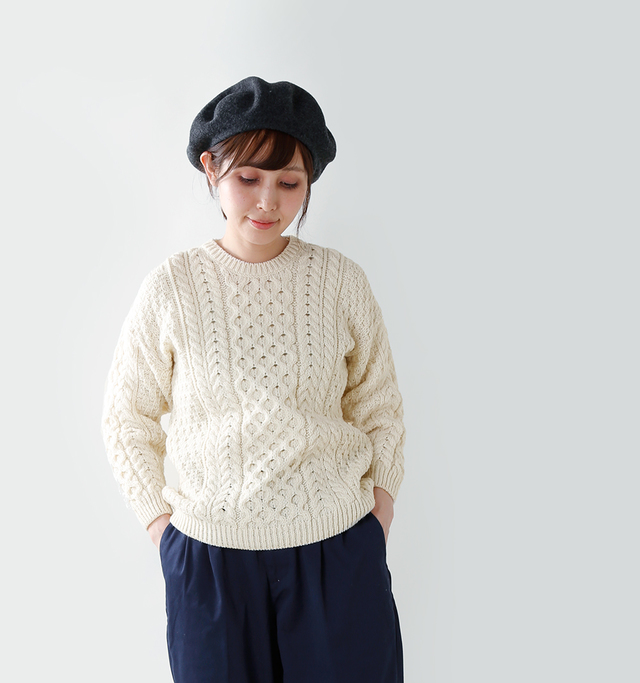 柔らかくしなやかな アイリッシュの天然羊毛を 使って紡ぎだされた、 優しく温かみのあるニット。   ざっくりと編まれたローゲージニットは、 ケーブル模様がかわいく表情豊か。